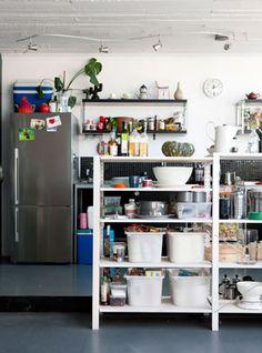 Crear en casa. Cocina con estanterías industriales