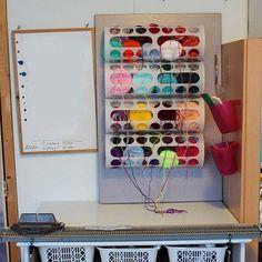 Los dispensadores de bolsas plásticas Variera son igual de aptos para dispensar hilo. | 33 usos inteligentes e inesperados para productos de Ikea