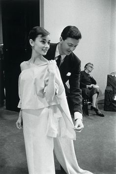 Audrey Hepburn met Hubert de Givenchy when she scheduled an appointment at his Paris atelier to look for costumes for Sabrina. Givenchy thought he was meeting Katharine Hepburn, and when Audrey walked. Golden Age Of Hollywood, Hollywood Glamour, Classic Hollywood, Old Hollywood, Hollywood Divas, Hollywood Fashion, Hollywood Actresses, Audrey Hepburn Outfit, Aubrey Hepburn