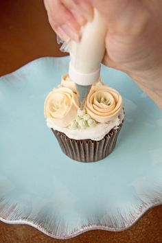 Learn how to make these simple buttercream ribbon roses to decorate your cakes and cupcakes. Cake Decorating Designs, Creative Cake Decorating, Creative Cakes, Cookie Decorating, Buttercream Flowers Tutorial, Buttercream Cupcakes, Mocha Cupcakes, Velvet Cupcakes, Vanilla Cupcakes