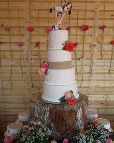 Bolo no tronco talhado um coração  e topo lembrando crossfit, paixão  dos noivos.