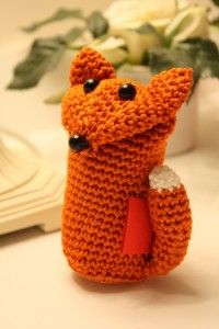 My Foxy Valentine (free pattern) Let this little cheeky fox deliver a special message to a loved one. Pop a little love letter under his tail and enjoy the broadest of smiles when it is discovered. #crochet #valentines #hearts