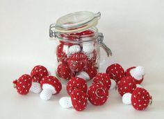 *°°°Häkelanleitung°°°*  Häkel doch mal Fliegenpilze und verschenke ein bisschen Glück!  Mit ein paar Perlen kannst du viele süße Schlüsselanhänger aus den gehäkelten Pilzen machen...  Die...