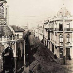 La foto está tomada desde el Cerro Santa Lucía hacia la esquina de Carmen con la Alameda. A la izquierda, la iglesia del Carmen Alto, esta pintoresca iglesia fue demolida debido al ensanche de la Alam...