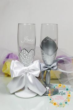 Silver&White Champagne wedding glasses-Bride and Groom charming wedding toasting flutes-Hand Painted Elegant Wedding favor-Wedding Gift idea