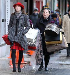 """I'm gonna shop till YOU drop"" - Blair Waldorf xoxo Gossip Girl Blair and Dorota Gossip Girl Blair, Gossip Girls, Moda Gossip Girl, Estilo Gossip Girl, Gossip Girl Outfits, Gossip Girl Fashion, Gossip Girl Uniform, Gossip Girl Scenes, Blair Waldorf Looks"