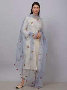 59 ideas for style celebrity casual inspiration Pakistani Dress Design, Pakistani Dresses, Indian Dresses, Indian Outfits, Stylish Dresses, Simple Dresses, Fashion Dresses, Edgy Dress, Indian Designer Suits