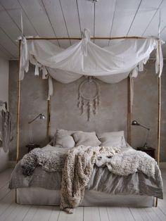 chambre bohème grise avec couette duveteuse et couverture tricotée, capteur de rêves original et ciel de lit blanc