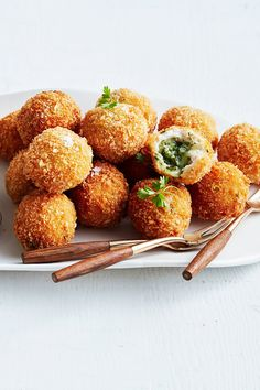 Crunchy Garlic Chicken Kiev Balls - Now THIS is what we call a party popper! Mince Recipes, Duck Recipes, Cooking Recipes, Chicken Kiev Recipe, Chicken Recipes, Appetizers For Party, Appetizer Recipes, Christmas Appetizers, Crockpot Chicken And Noodles