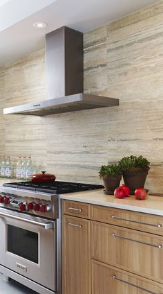 We shall show you 20 fascinating travertine tile backsplash ideas in exclusive kitchen designs. Travertine tile backsplashes work in both modern and rustic