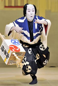 Kabuki actor, Kanzaburo NAKAMURA (1955~Dec. 5, 2012), was a versatile actor whose credits include farce, period pieces, and Shin Kabuki. S)