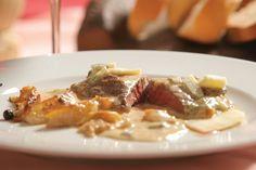 Valle d'Aosta: Filetto di manzo al Bleu d'Aoste. Ingredienti: filetto di manzo, formaggio Bleu d'Aoste, burro, pere, brodo, farina, panna. Preparazione: http://www.centralelatte.vda.it