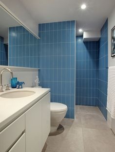 Greenwich Street Apartment is a single-family residence redesigned by Ghislaine Viñas Interior Design, located in TriBeCa, New York. Restroom Design, Humble Abode, Interiores Design, Corner Bathtub, Toilet, Street, Pictures, Bathrooms, Gallery