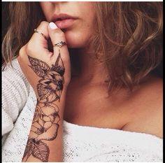 I love the placement of her tattoo, & the flowers are beautiful !