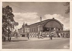 Vom Dammtordamm her fixierte der Fotograf in den 1930er-Jahren den Dammtorbahnhof. Dies Exemplar der schon im Format 10 cm x 15 cm gehaltenen Ansichtskarte ...