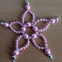Vianočná dekorácia z ružových perličiek.
