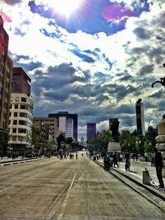 Avenida Juárez, en eje a calle Madero con vista a Monumento a la Revolución y Torre Petróleos martes 13 2013