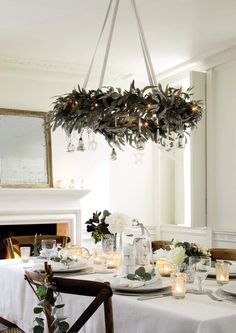 39 Weihnachten Kronleuchter Und Kronleuchter Dekor Ideen 39 Christmas chandeliers and chandelier decor ideas - Christmas is not there yet, but a perfect decor, create an ambience and a fantastic holid Christmas Table Settings, Christmas Table Decorations, Decoration Table, Christmas Chandelier Decor, Holiday Tablescape, Hanging Chandelier, Table Centerpieces, Tablescapes, Decorative Chandelier