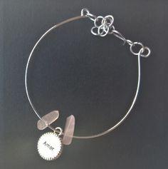 Bracelete com Quartzo Rosa natural e charm Amor (plaquinha com a palavra Amor e seu respectivo símbolo) <br> <br>Com correntinha para ajustar o tamanho perfeitamente ao seu pulso.