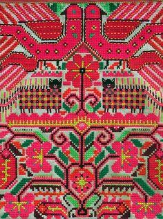 textile : broderie folklorique rose, point de croix