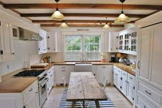 Farmhouse Kitchen Decor Ideas: Great Home Improvement Tips You Should Know! You need to have some knowledge of what to look for and expect from a home improvement job. Old Kitchen, Farmhouse Style Kitchen, Colonial Kitchen, Kitchen White, Kitchen Interior, Kitchen Decor, Kitchen Ideas, Küchen Design, House Design