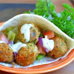 These homemade Falafels are easy to make at home and so flavorful. They& perfect stuffed in a Pita wrap with vegetables and homemade Tahini sauce. Wrap Recipes, Veggie Recipes, Vegetarian Recipes, Dinner Recipes, Cooking Recipes, Healthy Recipes, Dinner Ideas, Falafel Pita, Falafels