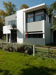 The Rietveld Schröder House—the only building realised completely according to the principles of De Stijl. Houses Architecture, Residential Architecture, Contemporary Architecture, Interior Architecture, Utrecht, Schroder House, Deco France, Modernisme, Art Deco