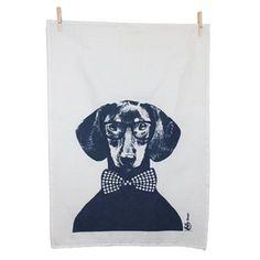 Kjøkkenhåndkleet Sammen kommer fra Studio Lisa Bengtsson og fins i flere fine varianter med de populære hundene med forskjellige hodeplagg fra serien Sammen, som også fins som tapet, putevar, porselen og plakat i to størrelser.