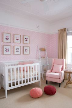 Babyzimmer in zartrosa und weiß - Tapete mit Punktenmuster