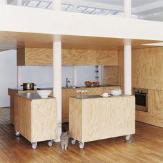 Cuisine conçue par les architectes Karine Chartier et Thomas Corbasson, composée de deux blocs en contreplaqué peint montés sur roulettes avec plan en inox