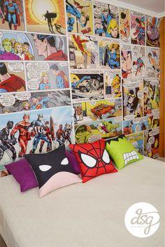 Mural inspirado en las historietas, con unos super héroes sobre la cama.