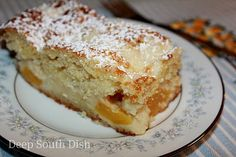 Peach Crumb Cake - a sour cream snack cake with peaches. This should be delicious with FRESH peaches! Just Desserts, Delicious Desserts, Dessert Healthy, Yummy Food, Yummy Treats, Sweet Treats, Cake Recipes, Dessert Recipes, Beef Recipes