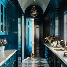 (Read More) by:Avec un tel butlers pantry pas besoin de cuisine! / With a butlers pantry like this one who needs a kitchen? My Living Room, Interior Design Living Room, Interior Decorating, Joanna Gaines House, Custom Kitchen Cabinets, Butler Pantry, Cheap Home Decor, Architecture, Interior And Exterior