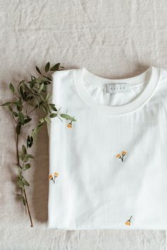 Hand Embroidery Videos, Embroidery On Clothes, Flower Embroidery Designs, Simple Embroidery, Embroidered Clothes, Embroidery Fashion, Hand Embroidery Designs, Embroidery Patterns, Diy Embroidered Tshirt