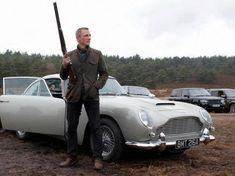 Daniel Craig ao lado do Aston Martin em 007 Operação Skyfall (Skyfall - James Bond Cars, James Bond Style, James Bond Movies, James Bond Skyfall, Craig Bond, Daniel Craig James Bond, Craig 007, Aston Martin Db5, Daniel Craig Skyfall