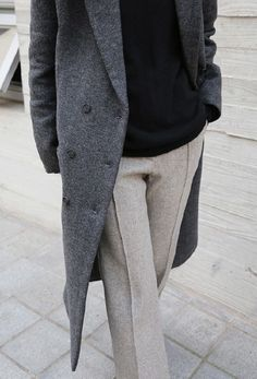 grey coat and grey pants with black jumper. great chic look Casual Work Outfits, Work Attire, Work Casual, Casual Chic, Fall Winter Outfits, Autumn Winter Fashion, Business Outfit Frau, Work Fashion, Fashion Outfits