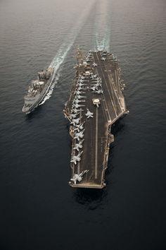 Chammal : Le pétrolier-ravitailleur Meuse ravitaille un porte-avions américain. Le 11 avril 2015, dans le cadre de l'opération Chammal, le pétrolier-ravitailleur Meuse a ravitaillé le porte-avions américains Carl Vinson. Plusieurs heures avant le début du ravitaillement, alors que la Meuse approche du point de rendez-vous convenu, le Carl Vinson apparait au radar. Rapidement, la silhouette de l'imposant navire se dessine sur l'horizon. Ce soutien logistique est un défi technique de taille…