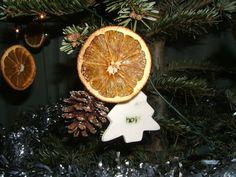 getrocknete Orangenscheiben und Tannenzapfen als Weihnachtsschmuck