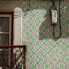 #azulejo #azulejos #tile #tiles #tiled #pattern #sign #patternedtiles #urban #art #urbanart #azulejoportugues #azulejospadrao #amantedelosazulejos #azulejosdeportugal #azulejocollector #portugaldenorteasul #wanderlust #igersportugal #travel #lisboa #portugalcomefeitos #portugal #visitportugal #streetphotography #gerador #architecture #p3top #vintage #minimal