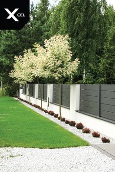 Grey aluminum spans and white plastered walls covered with aluminum caps Small Backyard Gardens, Backyard Garden Design, Backyard Fences, Backyard Landscaping, Outdoor Gardens, Roof Gardens, Farm Fence, House Fence Design, Front Wall Design