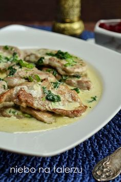 Polędwiczki wieprzowe to bardzo delikatna, miękka i szybkorobiąca się część mięsa. Jamie Olivier często wykorzystuje ten kawałek na okoliczn...