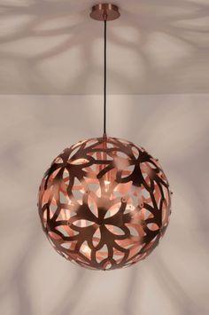 Artikel 89324 Prachtige, roodkoperen hanglamp met een spectaculair lichteffect. Deze grote hanglamp bestaat uit losse bladvormige onderdelen die onderling met elkaar verbonden zijn. Het materiaal is van subtiel geschuurd aluminium uitgevoerd in een warme, trendy, roodkoperen kleur. http://www.rietveldlicht.nl/artikel/hanglamp-89324-modern-aluminium-rond