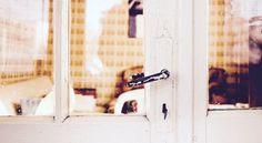 So ist das im Leben: Wenn sich eine Tür schließt, öffnet sich eine andere. Die Tragik liegt darin, daß wir nach der geschlossenen Tür blicken, nicht nach der offenen. - Zitat von André Gide