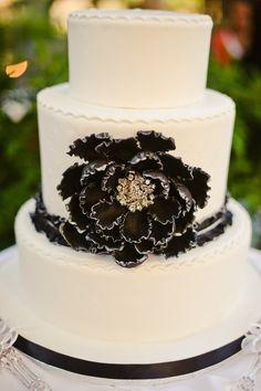 Torta de boda blanca con azul marino y toques oro