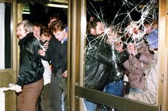 """Die Besetzung der Stasi-Zentrale in Ost-Berlin im Januar 1990 zählt zu den Akten """"schöpferischer Zerstörung"""". Foto: AP (© AP)"""