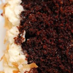 Dreamy Coconut-Chocolate Cake with Coconuty Cream Cheese Icing. Love chocolate cake and love coconut cake. Should be awesome. Just Desserts, Delicious Desserts, Yummy Food, Healthy Food, Coconut Chocolate, Chocolate Cake, Chocolate Cream, German Chocolate, Cake Recipes