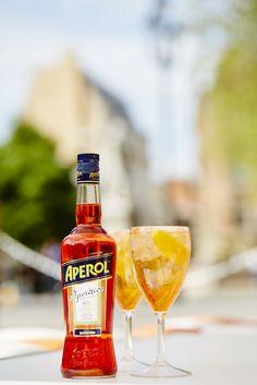 Aperol Spritz - the famous Italian Prosecco cocktail that has stood the test of time!  #easy #summer #cocktail #beverage #drink #aperol #aperolspritz #prosecco #orange