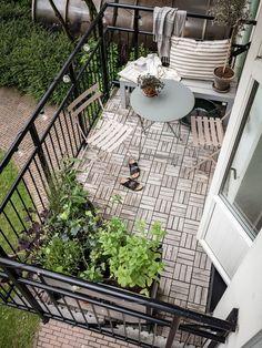 Vacker i Göteborg - 34 kvadrat - Metro Mode Small Balcony Design, Small Balcony Decor, Small Patio, Balcony Ideas, Apartment Plants, Apartment Balconies, House With Balcony, Balcony Garden, Outdoor Spaces