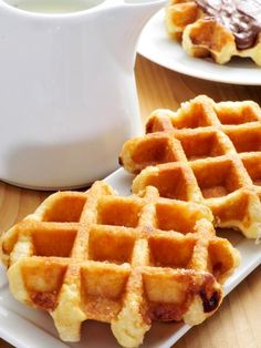 This recipe for Belgian waffles is especially for creating delicious, robust waffles according to Liege's recipe and it is so simple that the kids can make it themselves and also decorate it for themselves! Waffle Recipes, Cake Recipes, Belgium Food, Good Morning Breakfast, Belgian Waffles, Cheesecake Brownies, Pancakes And Waffles, Food Cakes, Food And Drink