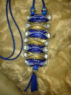 colgante azul y dorado...